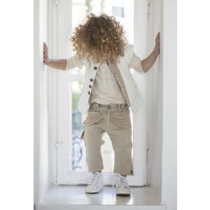 Baby u Rock. Αμάνικο λευκό σακάκι με εμφανείς tailoring λεπτομέρειες και επεξεργασίες φθοράς , εκρού βαμβακερή μπλούζα  και μπέζ baggy cotton /linen παντελόνι με δίχρωμες λεπτομέρειες και επεξεργασίες φθοράς (SS17/500713)