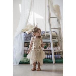 Τούλινο χαμηλόταλο φόρεμα με δαντελένιο χρυσό plastron και μακρύ τούλινο γιλέκο με ανάγλυφο embroidered κορσάζ μαζί με αρχαιοελληνικά σανδάλια . (Baby u Rock./500755T)